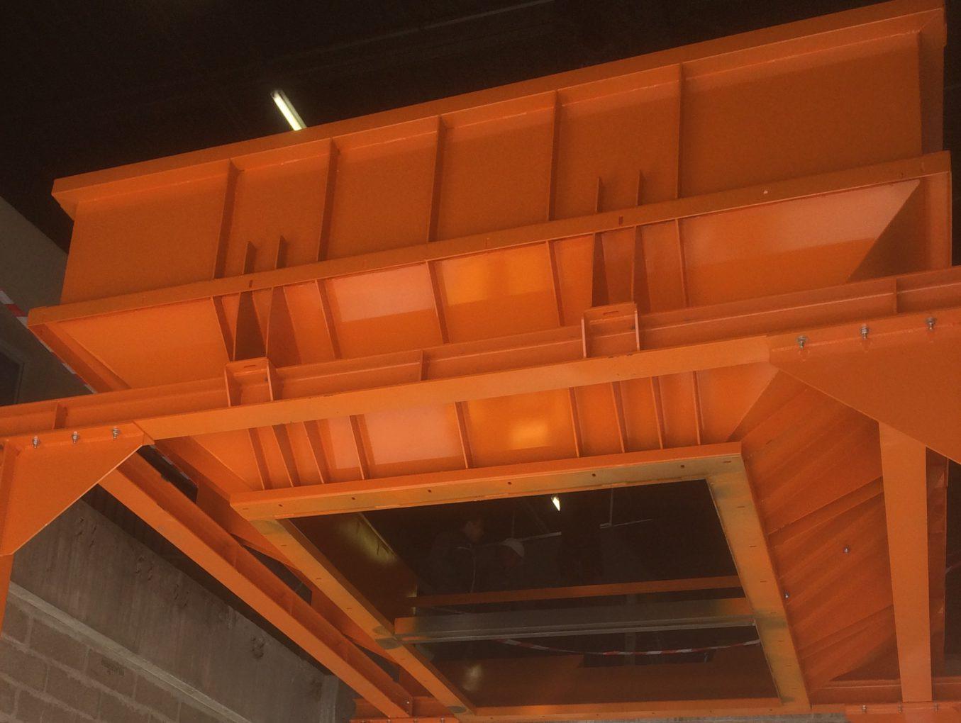 Trémie installée, après assemblage des 2 demi-coquilles et peinture par notre client